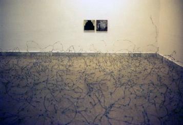 OTRAS MIRADAS 1994. Alambre de espino y técnica mixta sobre tela. dimensiones variables. Espai83 (Museo de Arte de Sabadell)