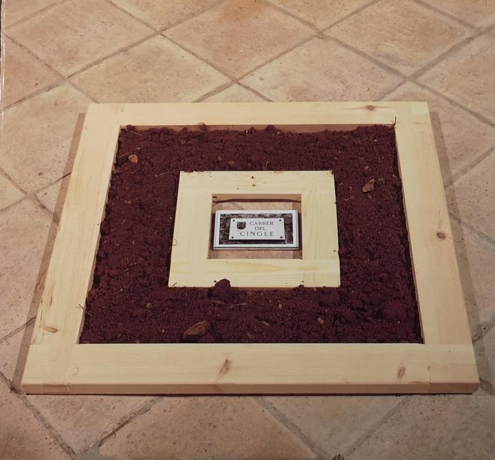 RECORREGUTS, 1991 (detalle). tierra volcánica, fotografía en b/n y bastidor de madera. Museu de l'Esglesia Castellfollit de la Roca GIRONA